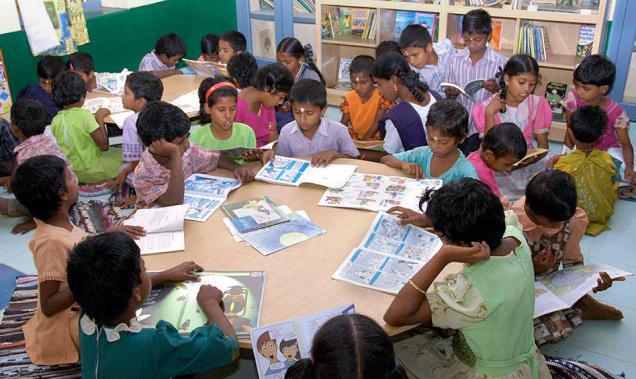Barn som sitter och läser.
