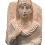 Begravningsbyst i kalksten, Palmyra, 3:e århundradet AD, 60 x 45 cm. © Directorate-General of Antiquities and Museums, Damascus. Courtesy of ICOM