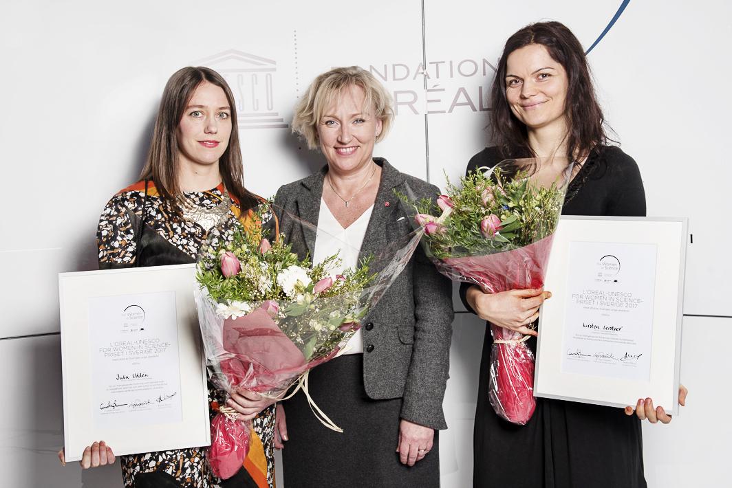 2017 års pristagare Julia Uddén och Kirsten Leistner tillsammans med Helene Hellmark Knutsson, minister för högre utbildning och forskning.