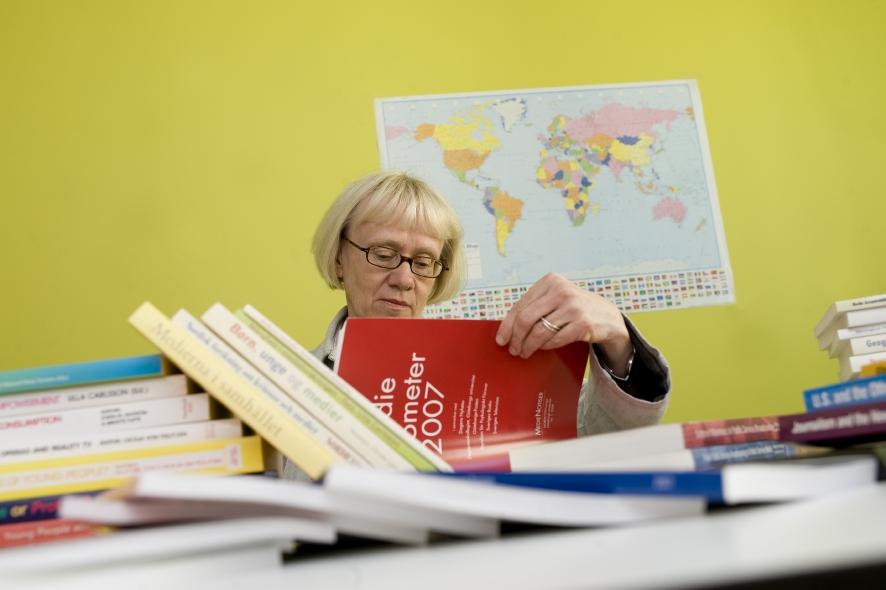 Ulla Carlsson vid skrivbord.