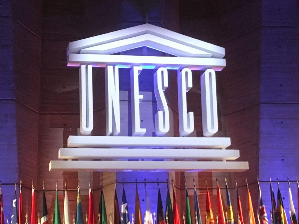 Unescos logo och flaggor